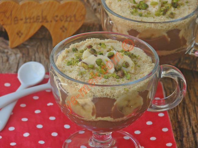 Daha sonra çikolatalı magnolia tatlısının üzerini muz dilimleri, fındık ya da fıstık ile süsleyerek, servis edebilirsiniz.