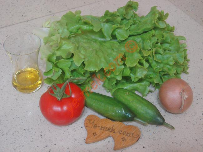 Marul Salatası İçin Gerekli Malzemeler :  <ul>         <li>6 adet büyük yaprak kıvırcık marul</li> <li>1 adet orta boy domates</li> <li>2 adet küçük boy salatalık</li>         <li>1 adet küçük boy kuru soğan</li>         <li>Zeytinyağı</li>         <li>Limon suyu, elma sirkesi</li>         <li>Tuz</li> </ul>