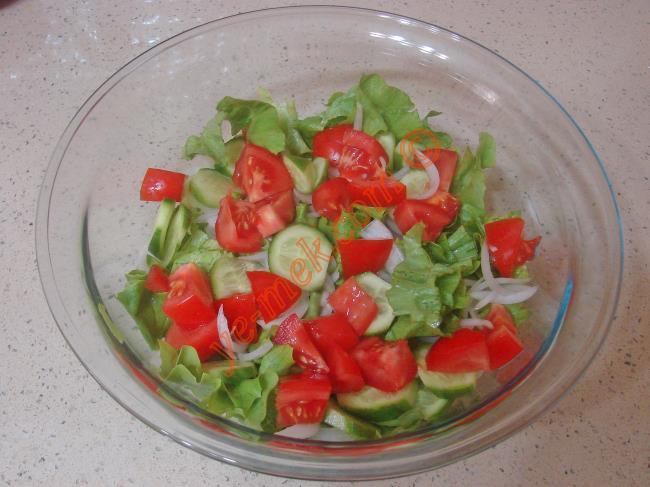 1 adet orta boy domatesi küçük küpler halinde kesip, kaba ekleyin.