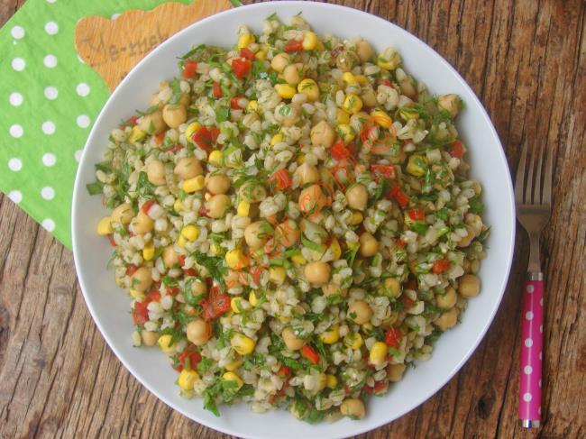 Şık Sunumlu Çok Özel Bir Misafir Salatası : Nohutlu Buğday Salatası