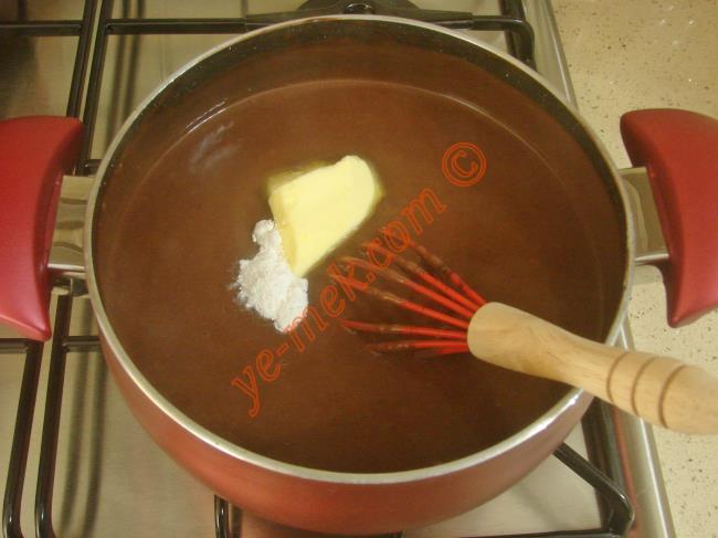 Pişen kakaolu muhallebi içine 1 paket vanilya ve 1 yemek kaşığı tereyağı koyun.