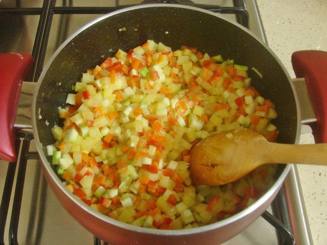 Tencerede kavrulmuş olan sebzelerin üzerine 5 buçuk su bardağı sıcak su döküp, kaynamaya bırakın. İsteğe göre su yerine tavuk suyu ya da et suyu kullanabilirsiniz. Çorba kaynadıktan sonra ocağın altını biraz kısıp, sebzeler yumuşayana kadar pişirin.