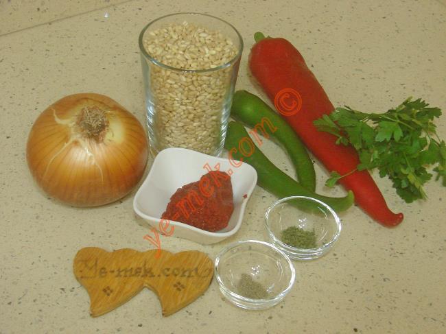 Buğday Pilavı İçin Gerekli Malzemeler :  <ul>         <li>1 su bardağı aşurelik buğday</li> <li>1 adet orta boy kuru soğan</li>         <li>2 adet yeşil biber</li>         <li>1 adet kırmızı kapya biber</li>         <li>1 yemek kaşığı domates salçası</li>         <li>5 yemek kaşığı zeytinyağı</li>         <li>1 tutam kuru nane</li> <li>1 tutam karabiber</li> <li>Tuz</li> </ul>Buğday pilavı yapımında; ilk olarak 1 su bardağı aşurelik buğdayı bir gün önceden ıslatın. Ertesi günü ıslamış olduğunuz buğdayların suyunu döküp, bir tencere içine koyun. Üzerlerini geçecek kadar yeniden su dökün. Buğdaylar hafifçe yumuşayana kadar pişirin.