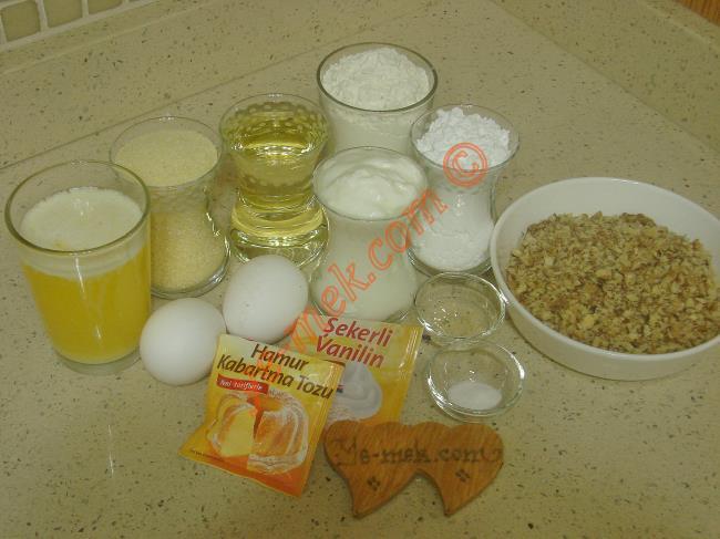 Damla Tatlısı İçin Gerekli Malzemeler :  <ul> <li>150 gr eritilmiş tereyağı</li> <li>2 adet yumurta (Birinin sarısı üzerine)</li> <li>1 çay bardağı sıvı yağ</li>         <li>1 çay bardağı yoğurt</li>         <li>1 çay bardağı irmik</li>         <li>1 çay bardağı pudra şekeri</li>         <li>1 tatlı kaşığı sirke</li>         <li>1 paket vanilya</li>         <li>1 paket kabartma tozu</li>         <li>1 tutam karbonat</li>         <li>3,5 su bardağı un</li>         <li><strong>İç Malzemesi İçin:</strong></li>         <li>1 kase çekilmiş ceviz içi</li> <li><strong>Şerbeti İçin:</strong></li> <li>3 su bardağı toz şeker</li>         <li>3,5 su bardağı su</li>          <li>3 damla limon suyu</li> </ul>