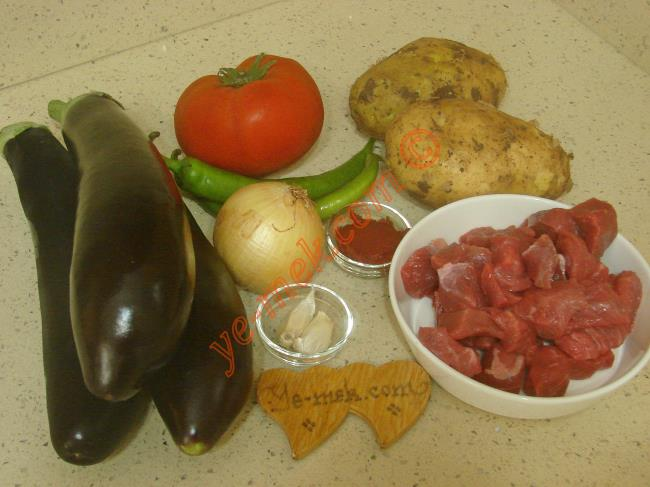 Zade Kebabı İçin Gerekli Malzemeler :  <ul> <li>3 adet uzun kemer patlıcan</li>         <li>300 gr kuşbaşı doğranmış et</li>         <li>2 adet orta boy patates</li>         <li>1 adet orta boy soğan</li>         <li>2 adet yeşil biber</li>         <li>1 adet orta boy domates</li>         <li>2 diş sarımsak</li>         <li>1 tatlı kaşığı domates salçası</li>         <li>3 yemek kaşığı zeytinyağı</li> <li>Tuz, karabiber</li>         <li><strong>Üzeri İçin:</strong></li>         <li>Rendelenmiş kaşar peynir</li> </ul>