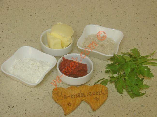 Andaloz Çorbası İçin Gerekli Malzemeler :  <ul> <li>1 yemek kaşığı tereyağı</li>         <li>1,5 yemek kaşığı un</li>         <li>1,5 tatlı kaşığı domates salçası</li> <li>1,5 yemek kaşığı pirinç</li> <li>3,5 su bardağı sıcak su</li>         <li>1 tutam maydanoz</li> <li>Tuz</li> </ul>