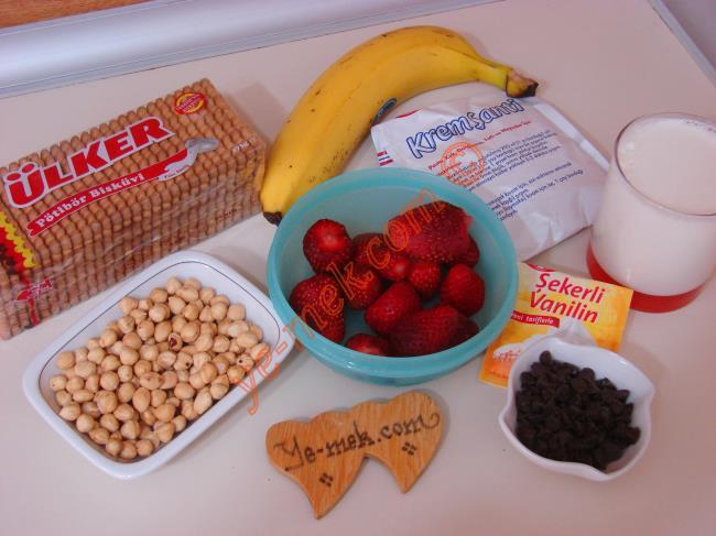 Çilekli Parfe İçin Gerekli Malzemeler :  <ul> <li>2 paket krem şanti tozu</li> <li>2 su bardağı soğuk süt</li>         <li>1 paket petibör bisküvi</li>         <li>20 adet orta boy çilek</li>         <li>1 adet muz</li>         <li>1 paket vanilya</li>         <li>5 yemek kaşığı damla çikolata</li>         <li>7 yemek kaşığı orta dövülmüş fındık</li> </ul>