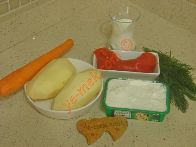 Kızarmış Patates Salatası İçin Gerekli Malzemeler :  <ul> <li>2 adet orta boy patates</li> <li>1 adet orta boy havuç</li> <li>1 paket labne peyniri</li>         <li>2 adet közlenmiş kırmızı biber</li>         <li>1/2 çay bardağı yoğurt</li>         <li>1 tutam dereotu</li>         <li>Kızartmak için sıvı yağ</li> </ul>