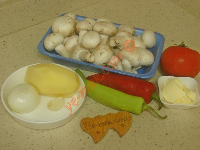 Patatesli Mantar Sote İçin Gerekli Malzemeler :  <ul> <li>400 gr kültür mantarı</li>         <li>1 adet orta boy patates</li>         <li>1 adet çerliston biber</li>         <li>1 adet kırmızı kapya biber</li>         <li>1 adet küçük boy soğan</li>         <li>1 diş sarımsak</li>         <li>1 adet orta boy domates</li>         <li>1 yemek kaşığı tereyağı</li>         <li>2 yemek kaşığı zeytinyağı</li>         <li>Tuz</li>         <li>Karabiber</li> <li>Kekik</li>  </ul>