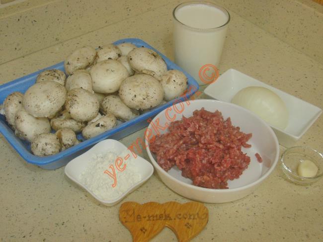 Kıymalı Mantar Çorbası İçin Gerekli Malzemeler :  <ul> <li>400 gr kültür mantarı</li>         <li>100 gr kıyma</li>         <li>1 adet küçük boy soğan</li>         <li>1 diş sarımsak</li>         <li>3 yemek kaşığı sıvı yağ</li>         <li>2 yemek kaşığı un</li>         <li>2,5 su bardağı süt</li>         <li>2 su bardağı su</li>         <li>Tuz</li>         <li>Karabiber</li> <li><strong>Üzeri İçin:</strong></li> <li>1 tatlı kaşığı tereyağı</li>         <li>1 yemek kaşığı sıvı yağ</li>         <li>Kuru nane</li>         <li>Kırmızı toz biber</li>  </ul>