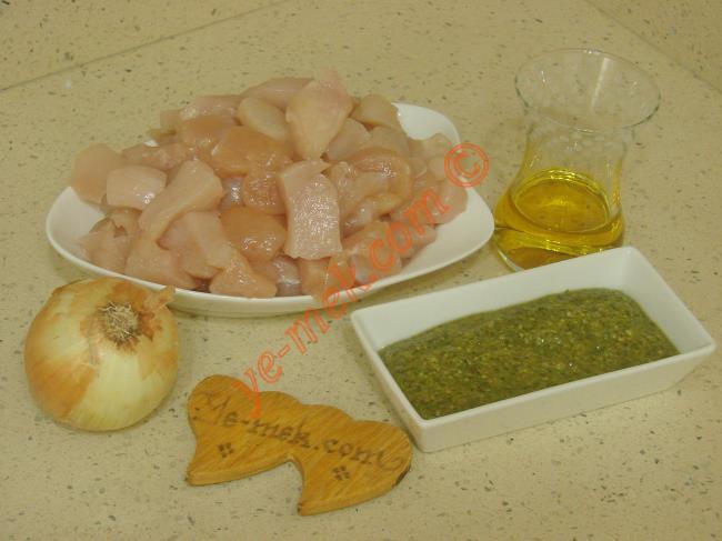 Pesto Soslu Tavuk İçin Gerekli Malzemeler :  <ul> <li>500 gr kuşbaşı doğranmış tavuk göğsü</li> <li>1 adet orta boy soğan</li>         <li>4 yemek kaşığı zeytinyağı</li>         <li>1 yemek kaşığı dolusu pesto sos</li> <li>Tuz</li> </ul>
