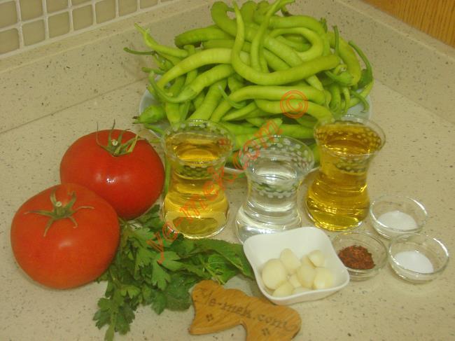 Soslu Çabuk Turşu İçin Gerekli Malzemeler :  <ul>         <li>500 gr yeşil sivri biber</li>         <li>2 adet büyük boy domates</li>         <li>1 çay bardağı zeytinyağı</li>         <li>1 çay bardağı sirke</li>         <li>1 çay bardağı su</li>         <li>10 diş sarımsak</li>         <li>1 tutam maydanoz</li>         <li>1 tutam nane</li>         <li>1 tatlı kaşığı tuz</li>         <li>1 tatlı kaşığı toz şeker</li>         <li>1 tatlı kaşığı kırmızı pul biber</li> </ul>
