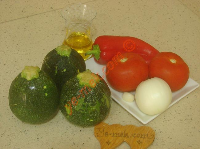 Zeytinyağlı Girit Kabağı İçin Gerekli Malzemeler : ul>  <li>3 adet orta boy girit kabağı</li> <li>2 adet orta boy domates</li>         <li>1 adet orta boy soğan</li>         <li>1 adet kırmızı kapya biber</li>         <li>1 diş sarımsak</li>         <li>1/2 çay bardağı zeytinyağı</li>         <li>Tuz</li> </ul>