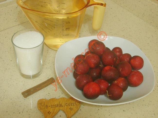 Kırmızı Erik Kompostosu İçin Gerekli Malzemeler :  <ul> <li>600 gr kırmızı erik</li> <li>7 su bardağı su</li> <li>1/2 su bardağı toz şeker</li> <li>1 adet tarçın çubuğu</li>         <li>2 diş karanfil (İsteğe göre)</li> </ul>