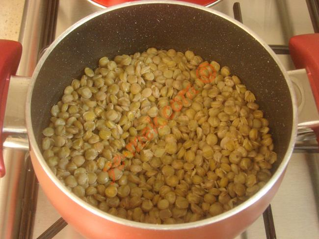 Hasbeli aş yapımında; yarım su bardağı yeşil mercimeği bir tencere içine koyun. Mercimeğin üzerini geçecek kadar su döküp, yumuşayana kadar haşlayın.