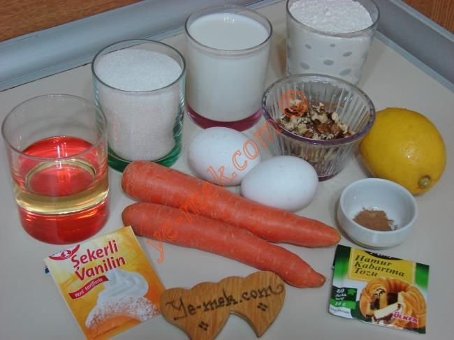 Havuçlu Tarçınlı Kek İçin Gerekli Malzemeler :  <ul> <li>2 adet yumurta</li>         <li>1 su bardağı toz şeker</li>         <li>1 su bardağı süt</li> <li>1/2 su bardağı sıvı yağ</li>         <li>2 adet orta boy havuç</li>         <li>1/2 çay kaşığı tarçın</li>         <li>1 paket kabartma tozu</li> <li>1 paket vanilya</li>         <li>1/2 limon kabuğu rendesi</li> <li>5 yemek kaşığı kırık ceviz</li>         <li>2 su bardağı un</li> </ul>