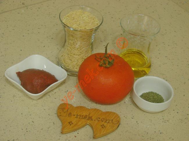 Şehriye Çorbası İçin Gerekli Malzemeler :  <ul> <li>1 çay bardağı arpa şehriye</li>         <li>1 yemek kaşığı domates salçası</li>         <li>1 adet domates</li>         <li>3 yemek kaşığı sıvı yağ</li>  <li>6 su bardağı su</li> <li>Tuz</li>         <li>Nane</li>   </ul>