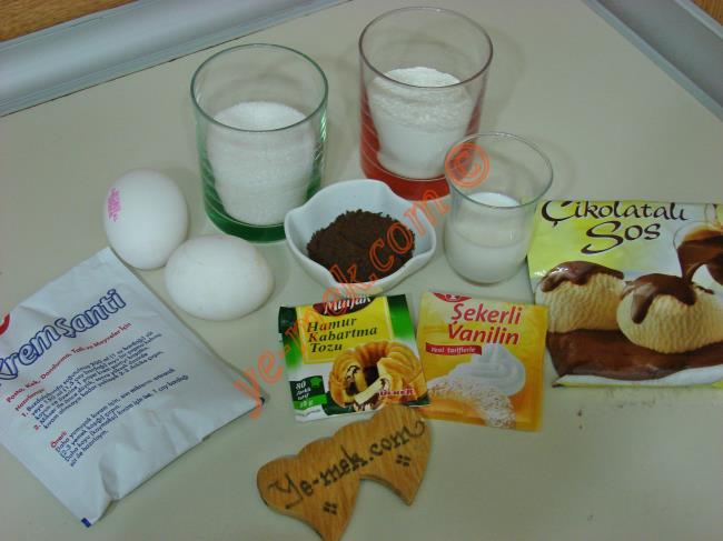 Ağlayan Kek İçin Gerekli Malzemeler :  <ul> <li>2 adet yumurta</li> <li>5 yemek kaşığı süt</li> <li>1/2 su bardağından 1 parmak fazla toz şeker</li>         <li>1/2 su bardağından 1 parmak fazla un</li> <li>2 yemek kaşığı dolusu kakao</li>         <li>1 paket kabartma tozu</li>         <li>1/2 paket vanilya</li>         <li><strong>Keki ıslatmak İçin:</strong></li>         <li>1 su bardağından 2 parmak az süt</li> <li><strong>Üzeri İçin:</strong></li> <li>1/2 paket krem şanti</li>         <li>1/2 su bardağı soğuk süt</li>         <li>1/2 paket çikolatalı sos</li> </ul>