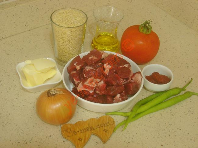 Ankara Tava İçin Gerekli Malzemeler :  <ul> <li>350 gr kuşbaşı doğranmış et</li>         <li>1,5 su bardağı arpa şehriye</li>         <li>1 adet orta boy domates</li>         <li>3 adet sivri biber</li>         <li>1 adet soğan</li>         <li>1 yemek kaşığı tereyağı</li>         <li>1 tatlı kaşığı domates salçası</li>         <li>4 yemek kaşığı zeytinyağı</li>         <li>2 su bardağı sıcak su</li> <li>Tuz</li>         <li>Karabiber</li>         <li>Kimyon</li> </ul>