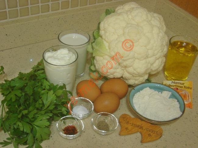 Fırında Karnabahar İçin Gerekli Malzemeler :  <ul> <li>1 adet orta boy karnabahar</li>         <li>3 adet yumurta</li>         <li>1 su bardağı yoğurt</li> <li>1 su bardağı süt</li> <li>1 su bardağı zeytinyağı</li>         <li>2 tutam maydanoz</li>         <li>3 yemek kaşığı un</li>         <li>1 paket kabartma tozu</li>  <li>1 tatlı kaşığı tuz</li> <li>Karabiber</li>         <li>Kırmızı pul biber</li>         <li><strong>Üzeri İçin:</strong></li> <li>Rendelenmiş kaşar peynir</li> </ul>