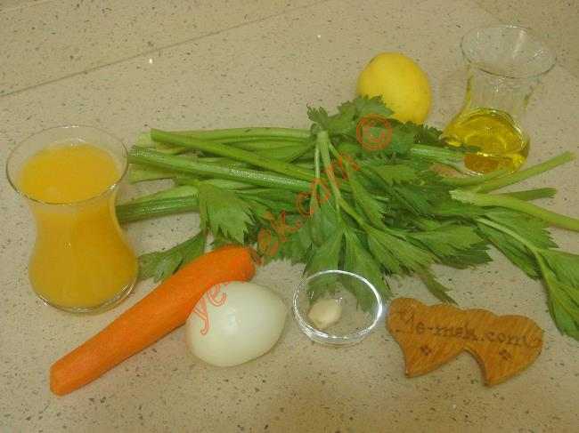 Kereviz Sapı Kavurması İçin Gerekli Malzemeler :  <ul>         <li>7 adet kereviz sapı</li>  <li>3 tutam kereviz yaprağı</li>         <li>1 adet küçük boy soğan</li>         <li>1 adet havuç</li> <li>1 diş sarımsak</li>         <li>1 büyük çay bardağı portakal suyu</li>         <li>1/2 limon suyu</li>         <li>Tuz</li>    </ul>