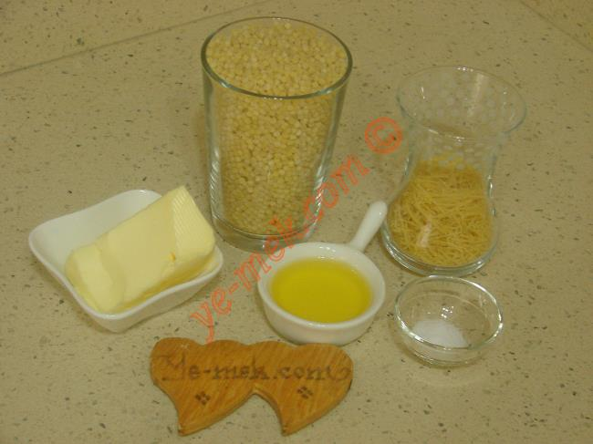 Kuskus Pilavı İçin Gerekli Malzemeler :  <ul>         <li>1 su bardağı kuskus</li>         <li>1/2 çay bardağı tel şehriye</li>         <li>1 yemek kaşığı tereyağı</li>         <li>1,5 yemek kaşığı zeytinyağı</li>         <li>2 su bardağı sıcak su</li> <li>Tuz</li> </ul>