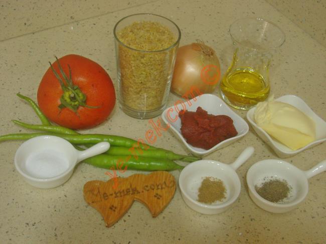 Meyhane Pilavı İçin Gerekli Malzemeler :  <ul>         <li>2 su bardağı pilavlık bulgur</li> <li>1 adet orta boy soğan</li>         <li>3 adet sivri biber</li>         <li>1 adet orta boy domates</li>         <li>1 yemek kaşığı dolusu tereyağı</li>         <li>2 yemek kaşığı zeytinyağı</li>         <li>1 yemek kaşığı domates salçası</li>         <li>3 su bardağı sıcak su</li>         <li>Kırmızı pul biber</li>         <li>Kimyon</li>         <li>Karabiber</li> <li>Tuz</li> </ul>
