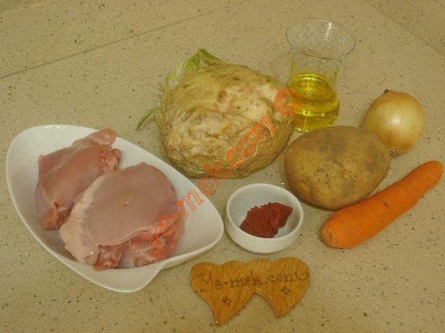 Tavuklu Kereviz Yemeği İçin Gerekli Malzemeler :  <ul> <li>3 adet kemiksiz tavuk pirzola</li> <li>1 adet orta boy kereviz</li>         <li>1 adet kuru soğan</li>         <li>1 adet havuç</li>         <li>1 adet küçük boy patates</li> <li>1 tatlı kaşığı domates salçası</li>         <li>5 yemek kaşığı zeytinyağı</li>         <li>Tuz</li>         <li>Karabiber</li> </ul>