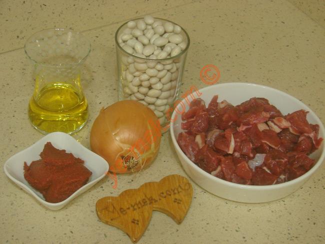 Tencerede Etli Kuru Fasulye İçin Gerekli Malzemeler :  <ul> <li>2 su bardağı fasulye</li>         <li>300 gr kuşbaşı doğranmış et</li>         <li>1 adet kuru soğan</li>         <li>5 yemek kaşığı zeytinyağı</li>         <li>1 yemek kaşığı tereyağı</li>         <li>1 yemek kaşığı tepeleme domates salçası</li>         <li>Tuz</li> </ul>