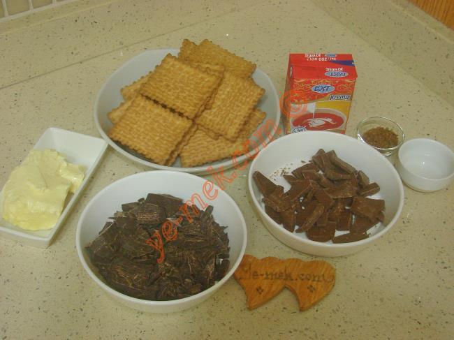 Çikolatalı Mousse Pasta İçin Gerekli Malzemeler :  <ul> <li><strong>Tabanı İçin:</strong></li>         <li>150 gr petibör bisküvi</li>         <li>100 gr tereyağı (Eritilecek)</li>         <li><strong>Çikolatalı Katmanı İçin:</strong></li>         <li>1 kutu süt kreması (200 ml)</li> <li>100 gr sütlü çikolata</li>         <li>100 gr bitter çikolata</li>         <li>1 tatlı kaşığı granül kahve</li>         <li>3 tatlı kaşığı su</li>  </ul>