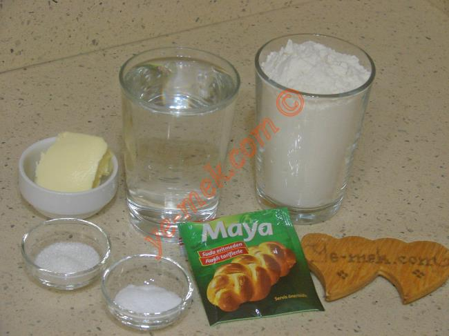 Cızlama İçin Gerekli Malzemeler :  <ul>     <li>2 su bardağı ılık su</li>  <li>1 tatlı kaşığı toz şeker</li> <li>1 tatlı kaşığı tuz</li> <li>1 yemek kaşığı instant kuru maya</li>         <li>1,5 su bardağı un</li> </ul>