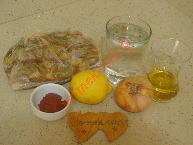 Dondurucudan Çıkan Bamya Nasıl Pişirilir İçin Gerekli Malzemeler :  <ul> <li>250 gr dondurulmuş taze bamya</li>         <li>1 adet küçük boy kuru soğan</li>         <li>3 yemek kaşığı zeytinyağı</li>         <li>1 çay kaşığı domates salçası</li>         <li>1/2 limon suyu</li>         <li>Tuz</li> </ul>