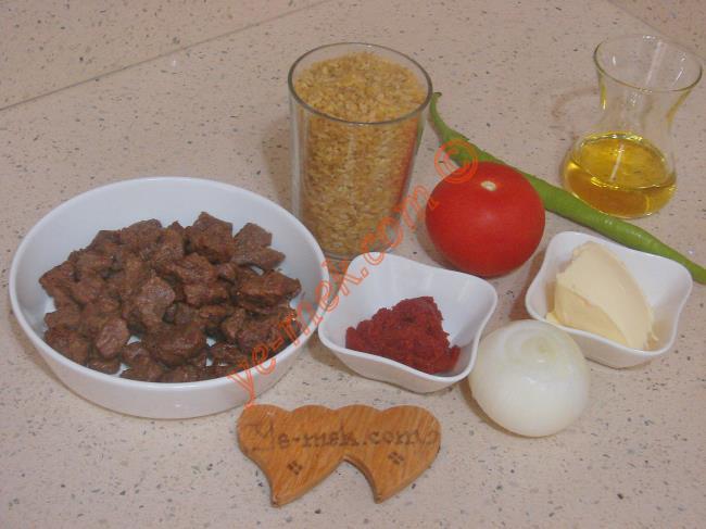 Etli Bulgur Pilavı İçin Gerekli Malzemeler :  <ul> <li>250 gr kuşbaşı doğranmış et</li>         <li>1,5 su bardağı pilavlık bulgur</li>         <li>1 adet orta boy soğan</li>         <li>1 adet sivri biber</li>         <li>1 adet orta boy domates</li>         <li>1 yemek kaşığı domates salçası</li>         <li>1 yemek kaşığı tereyağı</li>         <li>4 yemek kaşığı zeytinyağı</li>         <li>3 su bardağı sıcak su</li> <li>Tuz</li> </ul>