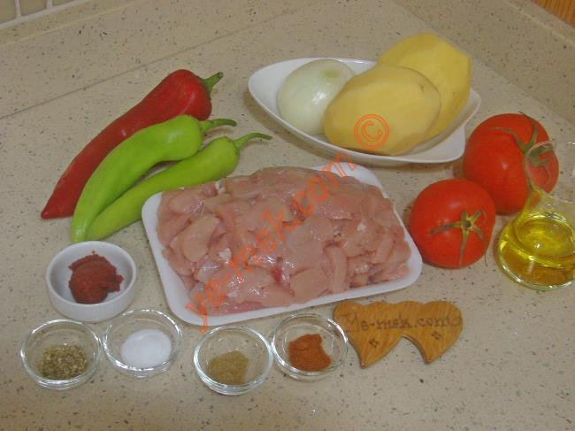 Fırında Sebzeli Tavuk Sote İçin Gerekli Malzemeler :  <ul> <li>500 gr kuşbaşı doğranmış tavuk göğsü</li> <li>2 adet orta boy patates</li> <li>1 adet orta boy soğan</li> <li>2 adet çerliston biber</li> <li>1 adet kırmızı kapya biber</li>         <li>2 adet orta boy domates</li>         <li>1/2 çay bardağı zeytinyağı</li>         <li>Kimyon</li>         <li>Kekik</li>         <li>Kırmızı toz biber</li>         <li>Tuz</li> <li><strong>Salçalı Sosu İçin:</strong></li> <li>1 tatlı kaşığı dolusu domates salçası</li>         <li>1 su bardağı sıcak su</li> </ul>