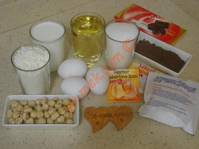 Kek Pasta İçin Gerekli Malzemeler :  <ul> <li>3 adet yumurta</li> <li>1,5 su bardağı toz şeker</li> <li>1,5 su bardağı süt</li> <li>1 su bardağı sıvı yağ</li> <li>3 yemek kaşığı kakao</li>         <li>1 paket kabartma tozu</li> <li>1 paket vanilya</li> <li>2,5 su bardağı un</li> <li><strong>Keki Islatmak İçin:</strong></li> <li>1,5 su bardağı süt</li>         <li>2 yemek kaşığı toz şeker</li>         <li>2 yemek kaşığı kakao</li>         <li><strong>Kreması İçin:</strong></li>         <li>2 paket krem şanti</li>         <li>1 su bardağı soğuk süt</li>         <li><strong>Üzeri İçin:</strong></li>         <li>1 paket sıvı krema (200 ml)</li>         <li>100 gr bitter çikolata</li>         <li>100 gr sütlü çikolata</li>         <li>1/2 su bardağı kırılmış fındık</li> </ul>