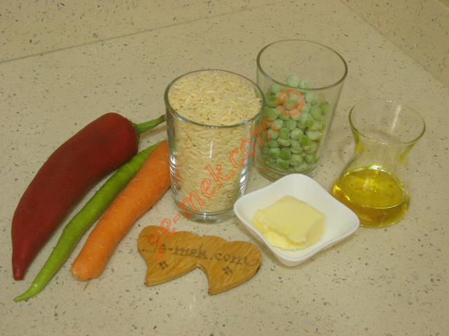 Sebzeli Arpa Şehriye Pilavı İçin Gerekli Malzemeler :  <ul>         <li>1 su bardağı arpa şehriye</li>         <li>1 adet orta boy havuç</li>         <li>1 adet kırmızı kapya biber</li>         <li>1 adet yeşil biber</li>         <li>1/2 su bardağı dondurulmuş bezelye</li> <li>1/2 yemek kaşığı tereyağı</li>         <li>4 yemek kaşığı zeytinyağı</li>         <li>2 su bardağı sıcak su</li> </ul>