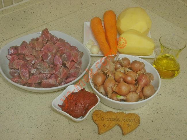 Sebzeli Yahni İçin Gerekli Malzemeler :  <ul> <li>500 gr kuşbaşı doğranmış et</li> <li>2 adet orta boy patates</li> <li>2 adet orta boy havuç</li> <li>250 gr arpacık soğan</li> <li>1 yemek kaşığı dolusu domates salçası</li> <li>3 diş sarımsak</li>         <li>1/2 çay bardağı zeytinyağı</li> <li>Tuz</li> <li>Karabiber</li>         <li>Kimyon</li> </ul>