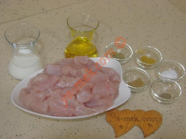 Tavuk Eti Marinesi İçin Gerekli Malzemeler :  <ul> <li>500 gr tavuk göğsü</li> <li>1/2 çay bardağı zeytinyağı</li>         <li>1/2 çay bardağı süt</li>         <li>1 tatlı kaşığı kekik</li>         <li>1 çay kaşığı kimyon</li>         <li>1/2 çay kaşığı köri</li>         <li>Karabiber</li>         <li>Tuz</li> </ul>