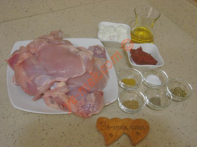 Tavuk Pirzola İçin Gerekli Malzemeler :  <ul> <li>4 adet kemikli tavuk pirzola</li>         <li>1 adet büyük boy patates</li> <li>1 yemek kaşığı domates salçası</li>         <li>2 yemek kaşığı yoğurt</li>         <li>1/2 çay bardağı zeytinyağı</li>         <li>1/2 çay kaşığı karabiber</li>         <li>1/2 çay kaşığı köri</li>         <li>1 çay kaşığı kimyon</li>         <li>1 çay kaşığı kekik</li>         <li>Tuz</li>          </ul>