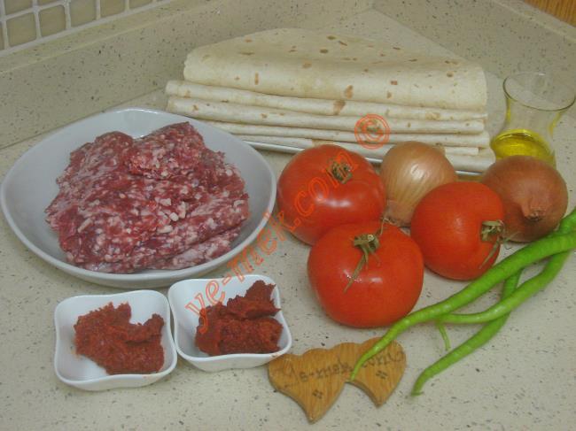 Hazır Lavaştan Kayseri Yağlaması İçin Gerekli Malzemeler :  <ul>  <li>7 adet büyük boy hazır lavaş</li>  <li>500 gr kıyma</li>  <li>2 adet orta boy soğan</li>  <li>4 adet sivri biber</li>          <li>3 adet orta boy domates</li>          <li>1 yemek kaşığı domates salçası</li>          <li>1 yemek kaşığı biber salçası</li>  <li>1/2 çay bardağı zeytinyağı</li>          <li>1,5 su bardağı sıcak su</li>  <li>Tuz</li>          <li>Karabiber</li>          <li>Kırmızı pul biber</li> </ul>
