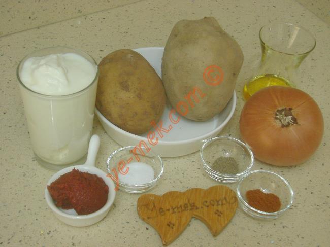 Patates Borani İçin Gerekli Malzemeler :  <ul> <li>2 adet orta boy patates</li> <li>1 adet büyük boy kuru soğan</li> <li>4 yemek kaşığı zeytinyağı</li>         <li>1 çay kaşığı karabiber</li>         <li>1 çay kaşığı kırmızı toz biber</li>         <li>Tuz</li>         <li><strong>Yoğurt Sosu İçin:</strong></li>         <li>1,5 su bardağı yoğurt</li>         <li>1 diş sarımsak</li>         <li>Tuz</li>         <li><strong>Üzeri İçin:</strong></li>         <li>1/2 yemek kaşığı tereyağı</li>         <li>1 yemek kaşığı zeytinyağı</li>         <li>1 tatlı kaşığı dolusu domates salçası</li> </ul>