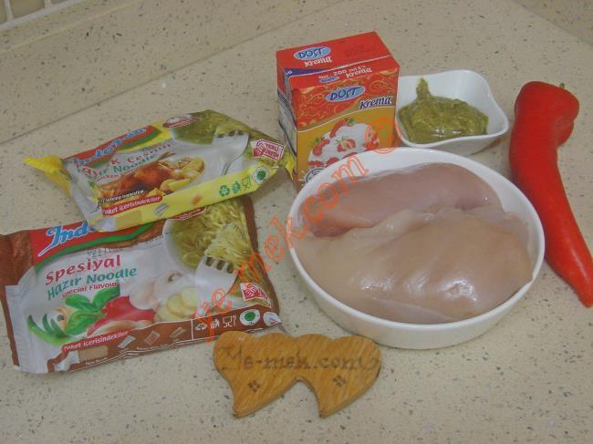 Pesto Soslu Tavuklu Noodle İçin Gerekli Malzemeler :  <ul> <li>2 küçük paket noodle</li> <li>500 gr tavuk göğsü</li>         <li>1,5 yemek kaşığı hazır pesto sosu</li>         <li>4 yemek kaşığı zeytinyağı</li>         <li>3 yemek kaşığı sıvı krema</li>         <li>1 adet büyük boy kırmızı kapya biber</li>         <li>Kimyon</li> <li>Tuz</li> </ul>