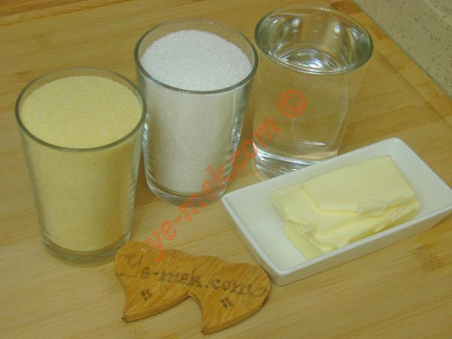 Soğuk Şerbetli İrmik Helvası İçin Gerekli Malzemeler :  <ul> <li>70 gr tereyağı</li>         <li>1 su bardağı irmik</li>         <li>1 su bardağı toz şeker</li>         <li>1 su bardağı su</li> </ul>