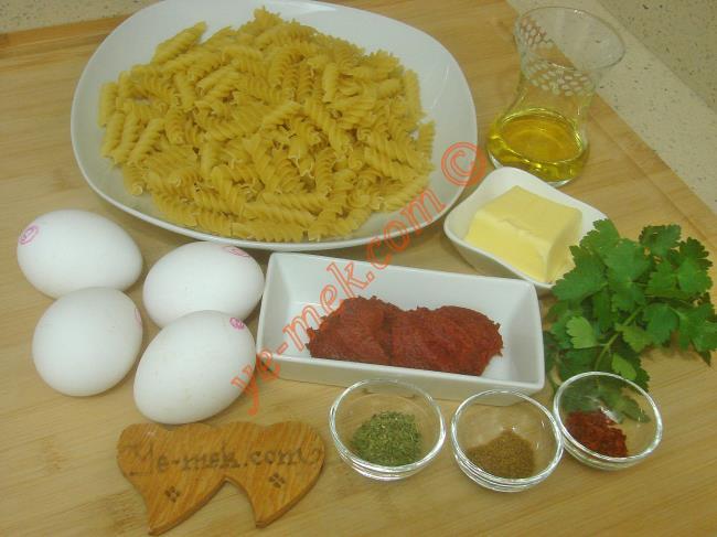 Yumurtalı Makarna İçin Gerekli Malzemeler :  <ul> <li>1/2 paket makarna</li> <li>4 adet yumurta</li> <li>1,5 yemek kaşığı domates salçası</li>         <li>1 yemek kaşığı tereyağı</li>         <li>5 yemek kaşığı zeytinyağı</li> <li>Kimyon</li>         <li>Kuru nane</li> <li>Kırmızı pul biber</li>         <li>Tuz</li> </ul>