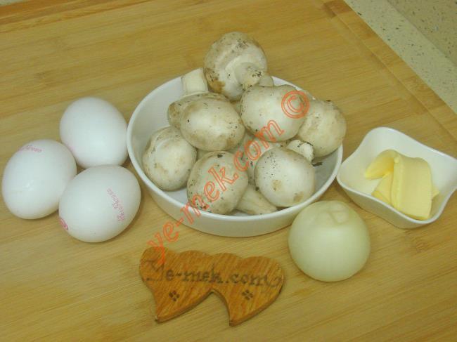 Yumurtalı Mantar İçin Gerekli Malzemeler :  <ul> <li>3 adet yumurta</li> <li>200 gr kültür mantarı</li>         <li>1 adet küçük boy kuru soğan</li>         <li>1 yemek kaşığı tereyağı</li>         <li>1 yemek kaşığı zeytinyağı</li> <li>Tuz</li> <li>Kırmızı pul biber</li> </ul>
