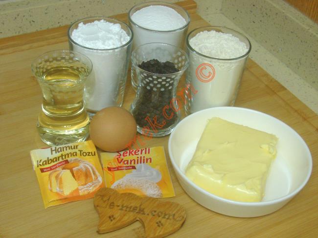 Dondurma Kurabiye İçin Gerekli Malzemeler :  <ul> <li>200 gr tereyağı (Oda sıcaklığında)</li>         <li>1 çay bardağı sıvı yağ</li> <li>1 adet yumurta</li> <li>1 su bardağı pudra şekeri</li> <li>1 su bardağı buğday nişastası</li> <li>1 tatlı kaşığı kabartma tozu</li> <li>1 paket vanilya</li> <li>4 su bardağı un</li>         <li>1 çay bardağı damla çikolata</li>  </ul>