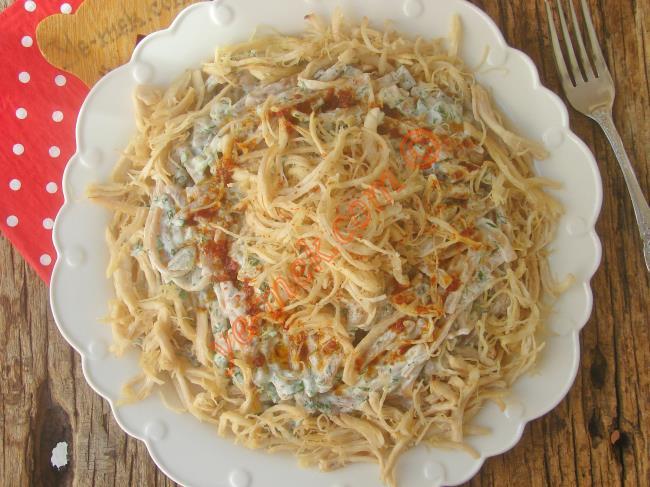 Tadanın Damağında İz Bırakacak : Erişteli Tavuk Salatası