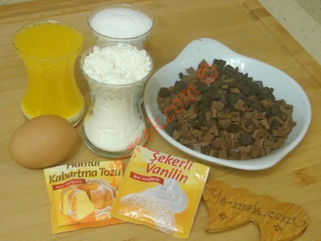 Kuki Kurabiye İçin Gerekli Malzemeler :  <ul> <li>1 çay bardağı eritilmiş tereyağı</li>         <li>1 adet yumurta</li> <li>1 çay bardağı toz şeker</li> <li>1 tatlı kaşığı kabartma tozu</li> <li>1 paket vanilya</li> <li>2,5 çay bardağı un</li>         <li>75 gr sütlü çikolata</li>         <li>75 gr bitter çikolata</li>  </ul>