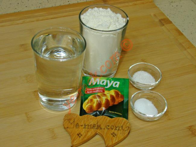 Fırında Somun Ekmek İçin Gerekli Malzemeler :  <ul> <li>1 yemek kaşığı instant kuru maya</li> <li>1,5 su bardağı ılık su</li>         <li>1 tatlı kaşığı toz şeker</li>         <li>1 tatlı kaşığı tuz</li>         <li>4 su bardağı un</li> </ul>