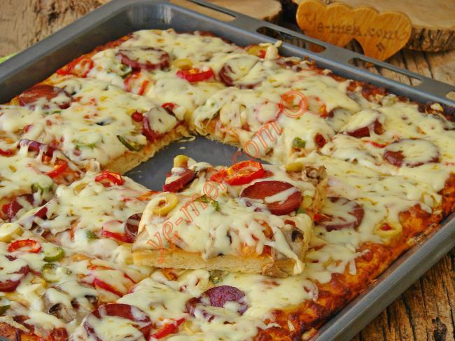 Kapış Kapış Giden Anne Usulü Ev Pizzası : Fırın Tepsisinde Pizza